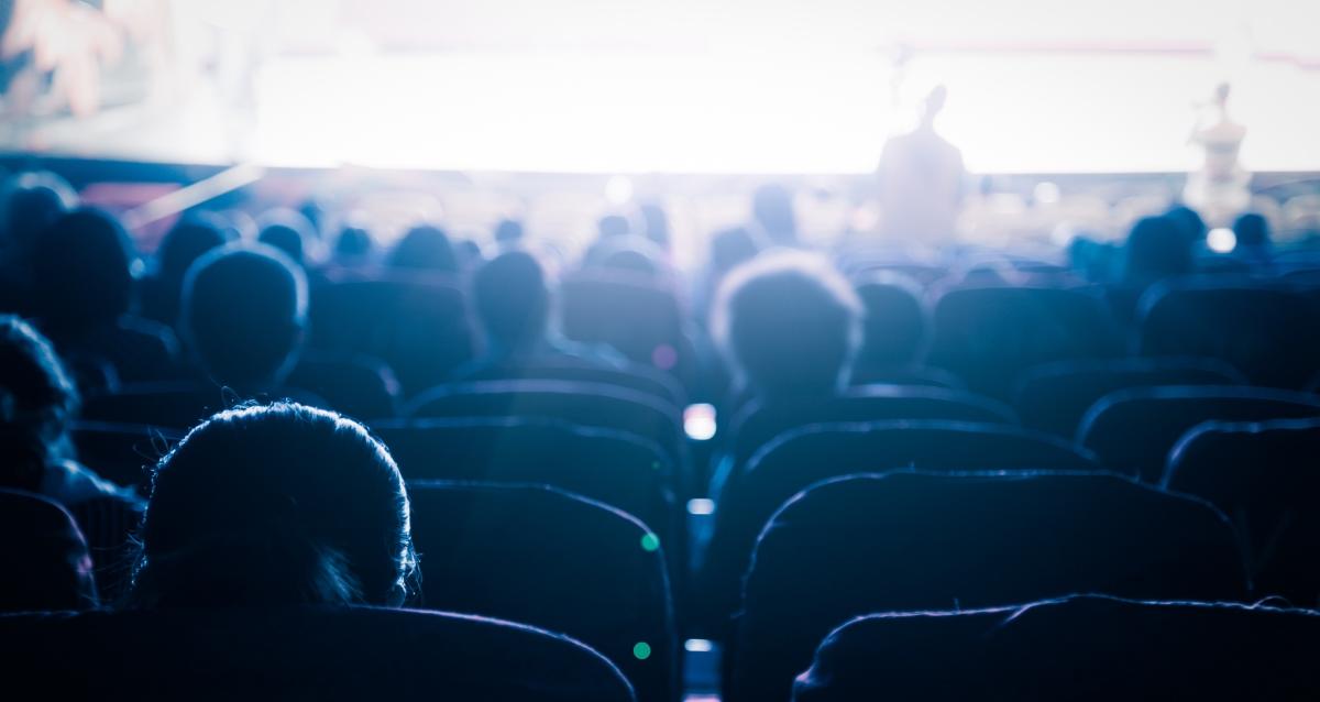 зрители на спектакле