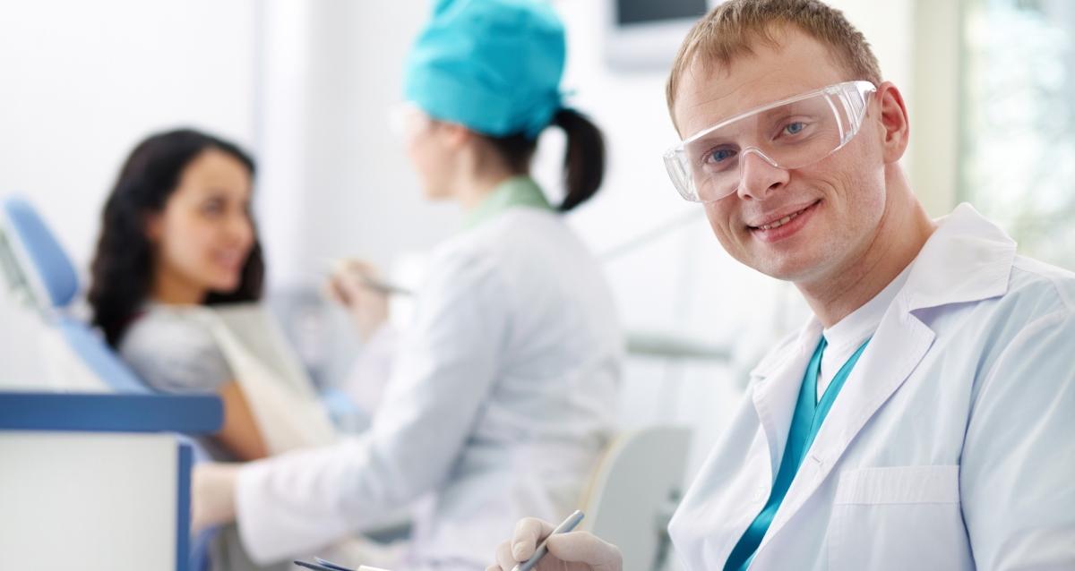 мужчина стоматолог