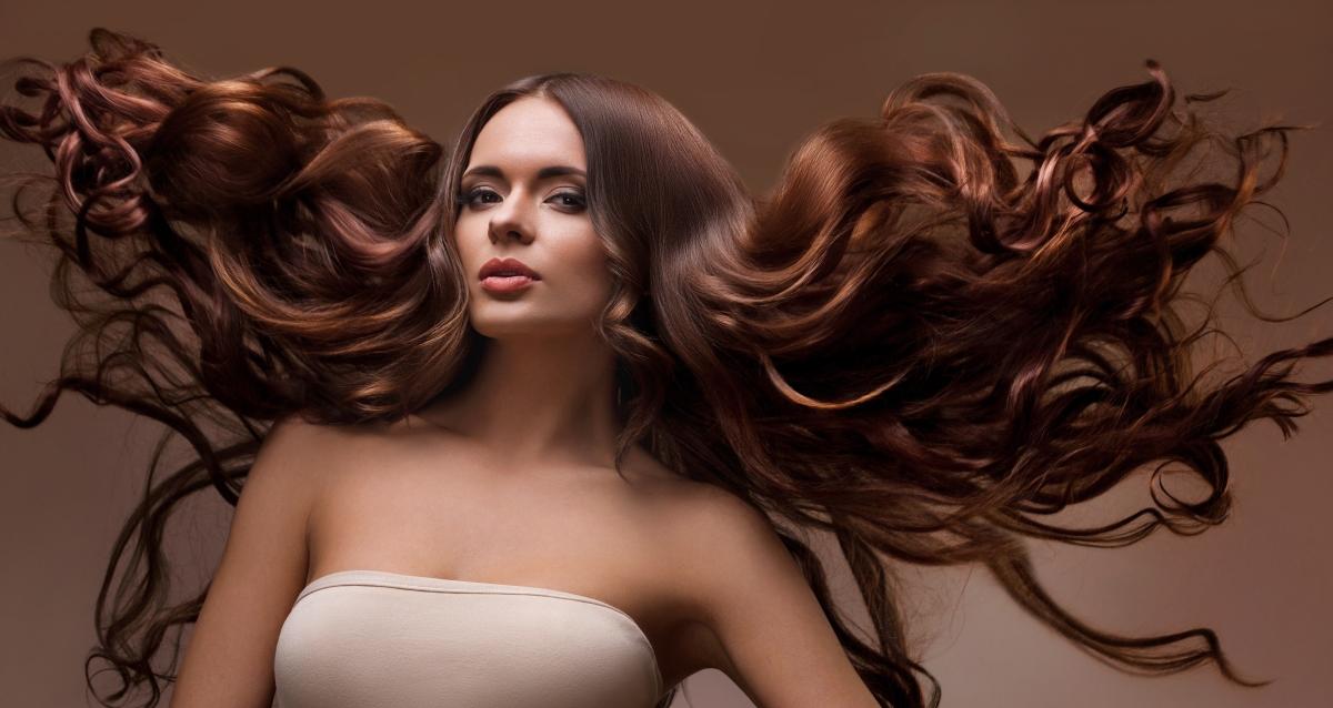 длинные волосы шатенка