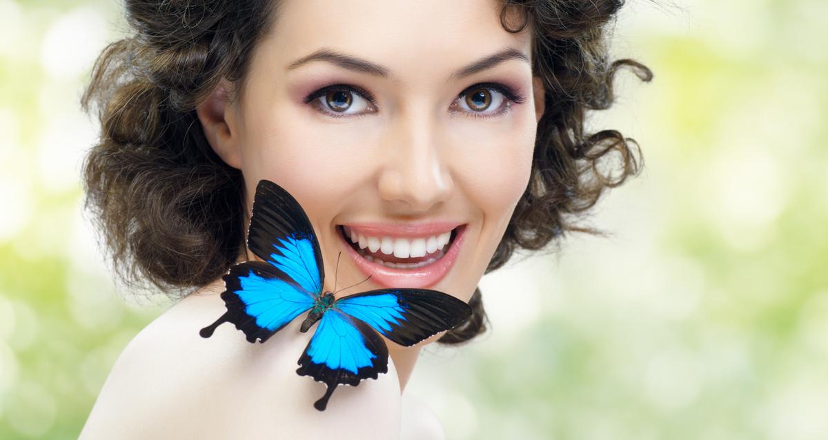 девушка с бабочкой